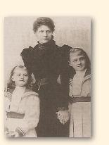 Hedwig Courths-Mahler met de beide, later eveneens druk pennende, dochters Frieda en Margarete