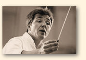 Thierry Fischer met dirigeersta(a)f